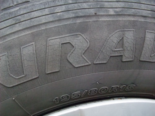 タイヤに細かいヒビ