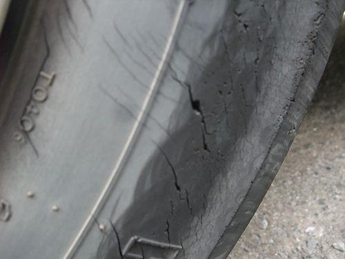 タイヤ・亀裂