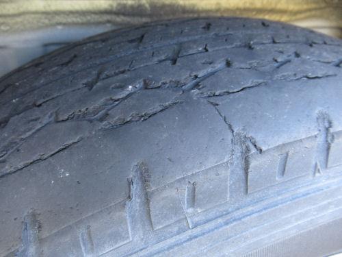 すり減った(摩耗した)タイヤ