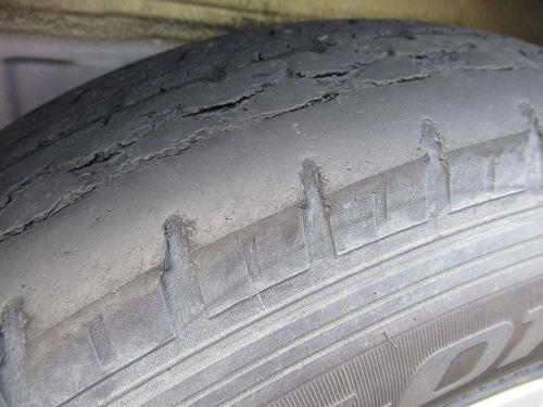 摩耗したタイヤ・擦り減ったタイヤ