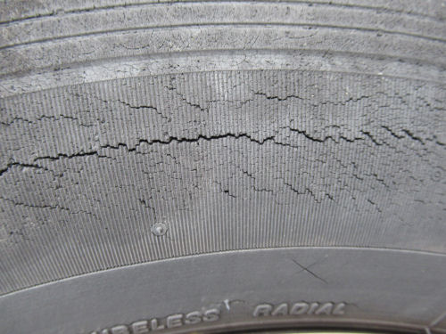 ひび割れたタイヤ